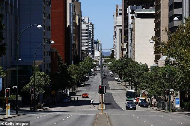 كان St Georges Terrace في منطقة الأعمال المركزية ببيرث خاليًا من حركة المرور الكثيفة يوم الاثنين حيث كان السكان يتجمعون في الإغلاق لمدة خمسة أيام