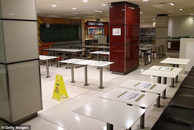 شوهدت مناطق جلوس ردهة الطعام في كاريلون سيتي مسجلة ومغلقة يوم الاثنين