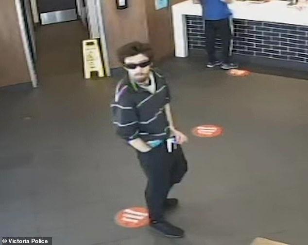 يُزعم أن الرجل البالغ من العمر 29 عامًا قد تم تصويره ويداه في بنطاله في مطعم ماكدونالدز أرارات في جنوب غرب فيكتوريا في الساعة 1 ظهرًا يوم 17 يناير. أصدرت شرطة فيكتوريا لقطات CCTV لـ