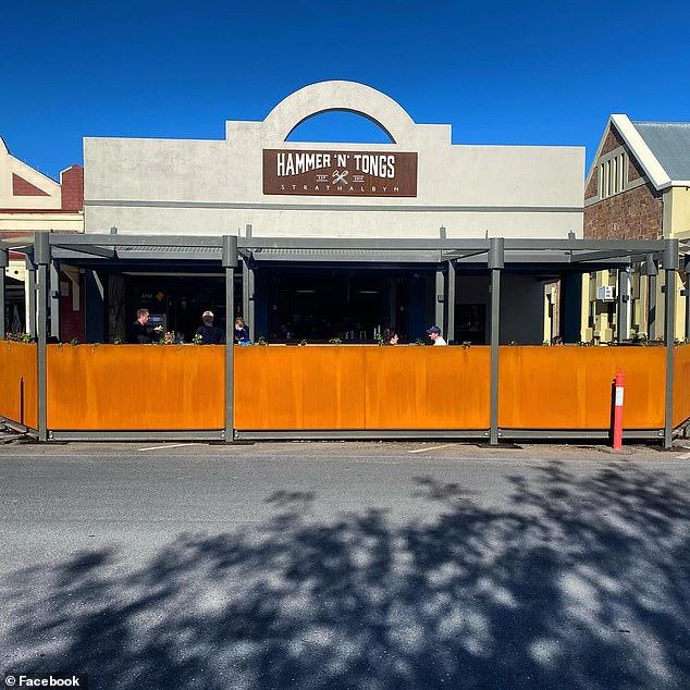 موريس بيهان ، 55 عامًا ، يمتلك المقهى المحلي Hammer 'N' Tongs في بلدة Adelaide Hills المذهلة