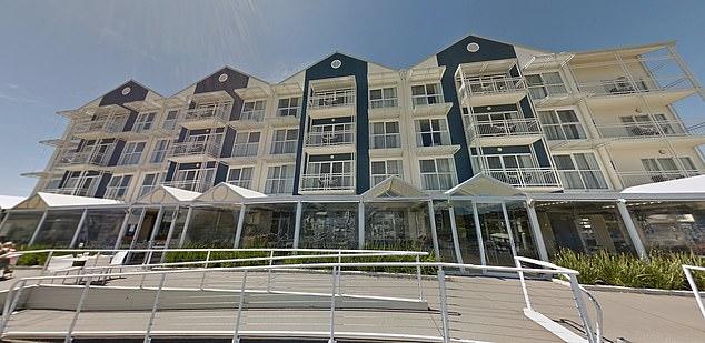 يُزعم أن الفتاة البالغة من العمر 38 عامًا حاولت الهروب من إقامتها في الحجر الصحي في فندق Peppers Seaport Hotel في لونسيستون بشمال تسمانيا يوم الأحد.