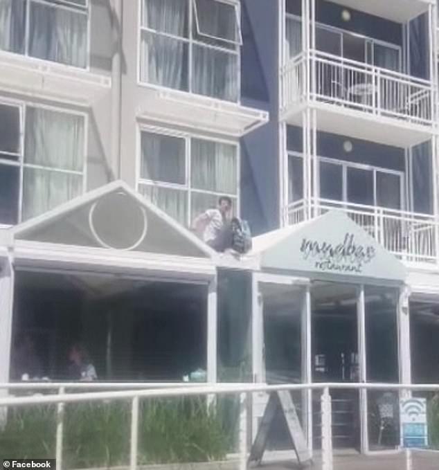 تم القبض على امرأة من العصر الفيكتوري يُزعم أنها تحاول الهروب من الحجر الصحي بالفندق في لقطات مثيرة للسخرية وهي تصغر جانب المبنى
