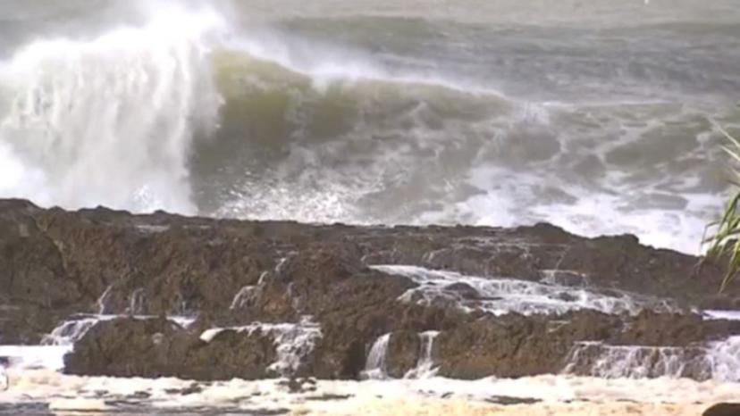 مراهق يقاتل من أجل الحياة بعد أن سحبته المياه في Gold Coast