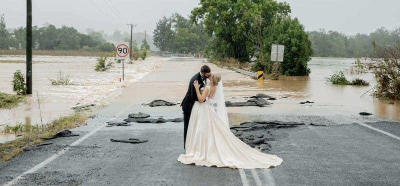"""""""الزفاف المعجزة""""..زوجان يتحديان الفيضانات في أستراليا ويقيمان حفل زفافهما"""