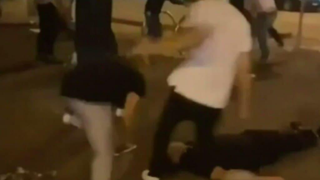 بالفيديو: شجار كبير في ملبورن ينتهي بدخول شابين إلى المستشفى