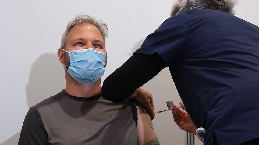 مسؤول الصحة في فيكتوريا: لا يمكنني وصف سعادتي بعد تلقي لقاح استرازينكيا