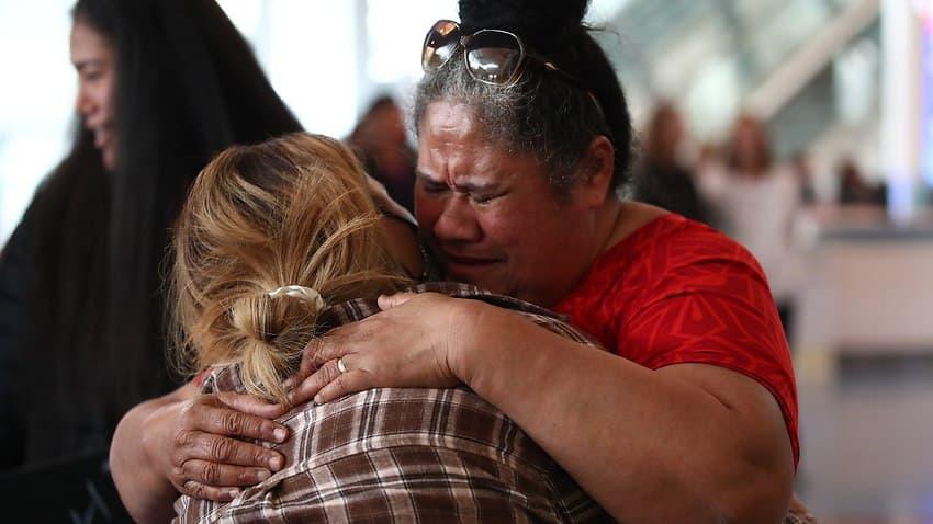 مشاهد مؤثرة للحظات لم شمل العائلات في مطار نيوزيلندا بعد أكثر من عام على قيود السفر