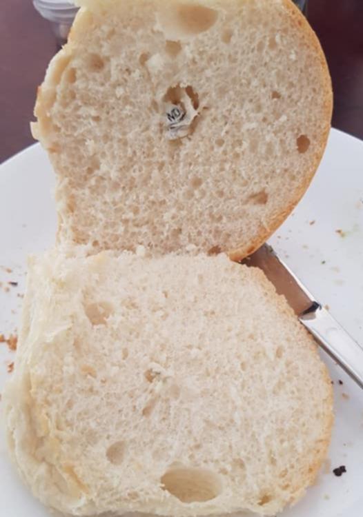 ملاحظة سرية مخبوزة داخل قطعة خبز في سوبر ماركت Woolworths!!!
