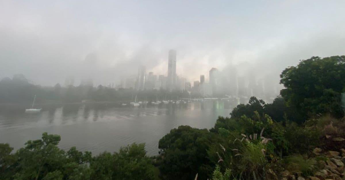 الضباب الكثيف يسيطر على سماء بريسبان ويتسبب في حوادث مرورية