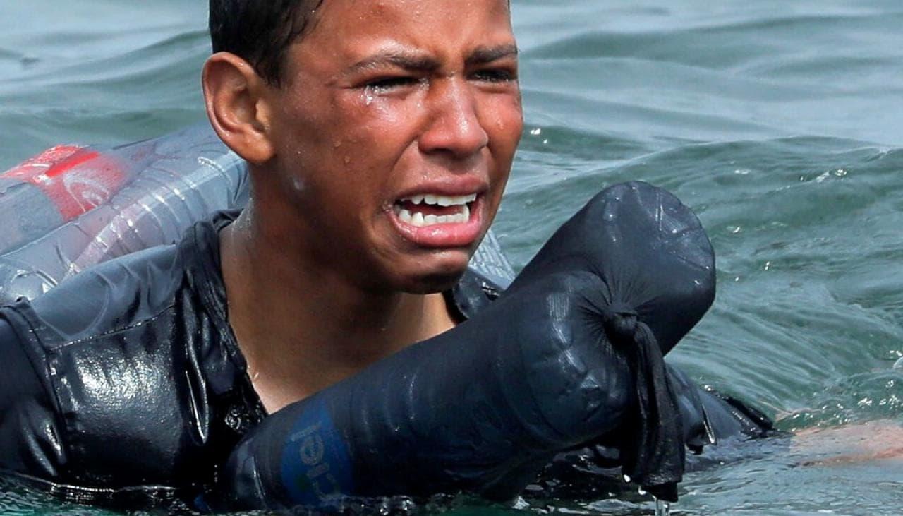 فيديو مؤثر: مهاجر مغربي يستخدم الزجاجات البلاستيكية للنجاة من الغرق على شواطئ اسبانيا